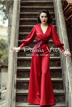 Современное платье-кюлот напоминает обычный комбинезон, только нижняя часть очень свободная, как юбка-брюки. Длина и расцветки разные. Ткань предпочтительно трикотаж, шифон или джинс. Такой вариант платья, выгодно скроет широкие бёдра и подчеркнёт талию. Если правильно учесть цвет и все детали, то в таком наряде можно смело идти на работу.