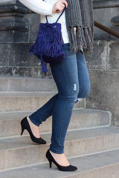 Outfit | Fashionblogger | Blogger | oversize sweater | knit | knitwear | strickschal | grau | weiß | Fall outfit | Fall look | girl | Brunette | ripped jeans | blue jeans | pumps | Beuteltasche | Fringes | bucketbag