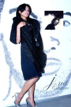 J-na Haute Couture wrap of silk and fur with 14K on tassels: Abrigo adornado de perlas negras y oro en piel y sed