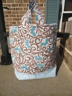Fat Quarter Tote  Looks like an easy way to make some bags!  Maybe for Christmas gifts?