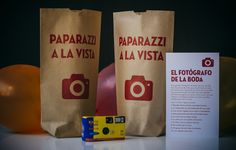 Una cámara desechable, un tarjetón con pistas... y los niños de tu boda convertidos en divertidos Paparazzi.  fiesta@paratusinvitados.com