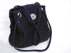 El bolso de color azul oscuro