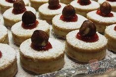 Recept Měkoučké koláčky s lískooříškovým krémem Sweet Desserts, Rum, Cheesecake, Food, Petra, Author, Biscuits, Weihnachten, Cheese Pies