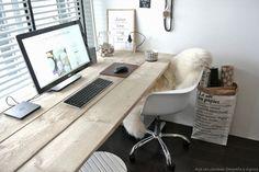 シンプルで素朴な白木のテーブルトップのワークスペース