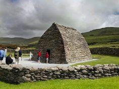 L'oratoire de Gallarus dans la péninsule de Dingle en Irlande...   #ireland #irlande #dingle #alainntours   © Tourism Ireland Station Balnéaire, Saint, Building, Travel, The South, Celtic Mythology, Stone Houses, Windsurfing, Viajes