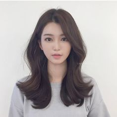 Design that is essential for customers with curly hair! Pretty design that does not fall in hot summer # Elizabeth Firm Style # Skin Brown color Only this . Korean Hairstyle Long, Korean Long Hair, Korean Hair Color, Medium Hair Styles, Short Hair Styles, Ulzzang Hair, Asian Haircut, Hair Supplies, Look Plus