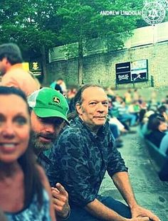 ANDREW LINCOLN AND GREG NICOTERO AND ALL THE LUCKY PEOPLE AROUND THEM. DAMN. IM JEALOUS.