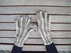 Dwarsgebreide handschoenen.