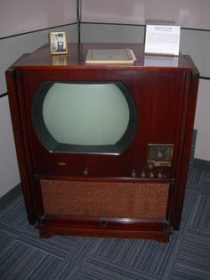 "A ""Big Screen"" DuMont Television from This is a beautiful old TV with a monster of a case. This TV is housed in the museum of the Radio and Television Club at InfoAge science center Wall Township, NJ. Vintage Television, Television Set, Vintage Tv, Vintage Stuff, Antique Radio, Tv Sets, Googie, Art Deco Era, Box Tv"