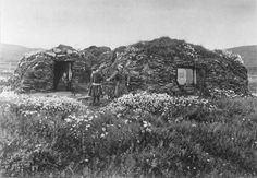 Samisk torvgamme, Maja Nilsens gamme, utenfor står søsknene Nils Maja, Anna og Gaisa Halt (i døråpningen), Vestre Jacobselv, Vadsø, Finnmark, 1897. Sami turf hut in Nord-Varanger, Norway.