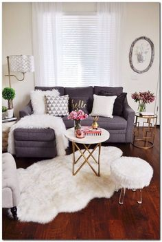 Small Living Room Furniture, Tiny Living Rooms, Small Apartment Living, Living Room Furniture Arrangement, Living Room On A Budget, New Living Room, Living Room Decor, Dining Room, Studio Living