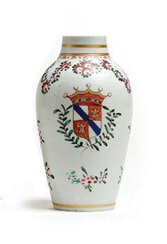 SAMSON. Petit vase de forme balustre en porcelaine et émaux dans le goût des porcelaines de la famille rose