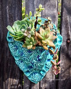 Turquoise wall-pocket Pottery Kiln, Ceramic Pottery, Ceramic Art, Pottery Designs, Pottery Ideas, Handmade Gifts For Friends, Hand Built Pottery, Succulent Pots, Baskets On Wall