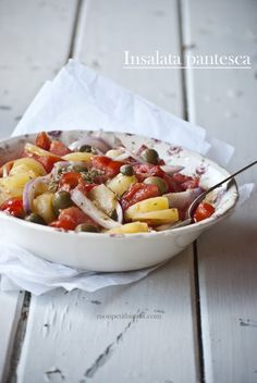 Insalata Pantesca: Sicilian potato salad with olives and tomatoes. Quiches, Salad Recipes, Healthy Recipes, Cold Dishes, Sicilian Recipes, Baked Chicken Breast, Pizza, Menu, Everyday Food