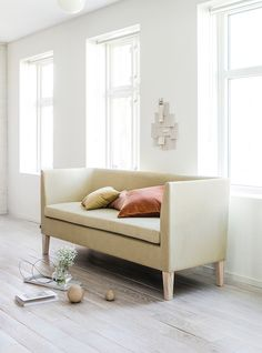 the Norwegian word for moments, invites you to spend quality time with friends and family around the dining table. Stunder is a timeless dining sofa, constructed to provide comfort. Dining Sofa, Dining Room Furniture, Dining Table, Quality Time, Invites, Couch, Friends, Home Decor, Amigos