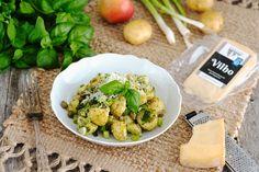 Kevään ensimmäiset varhaisperunat maistuvat salaatissa, jonka kanssa voit nauttia grilliruokaa tai herkutella sellaisenaan. Raasta tai rouhi joukkoon Herkkujuustolan Vilhoa oman makusi mukaan. Couscous, Sprouts, Potato Salad, Potatoes, Vegetables, Ethnic Recipes, Food, Potato, Essen