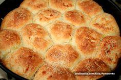 Obozavam buhtle sa dzemom, kad sam videla ovaj recept odusevila sam se, jer sve sto volim je u jednom parcetu hleba….parmezan sir i beli luk,odlicna kombinacija….