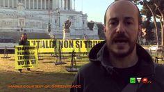 GREENPEACE in azione davanti all'Altare della Patria: L'Italia non si tr...