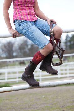 Stödstrumpor på ridstallet?  Stödstrumpor ger dina ben komfort och gör att du slipper den där trötta känslan som man kan få efter en lång dag i stallet.