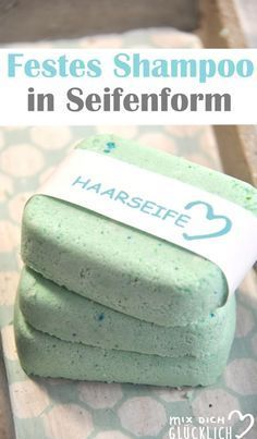 Selbst gemachtes Shampoo für die Haare kann man auch in Seifen Form herstellen als Shampoo Bar. Einfach in der Hand aufschäumen und in die Haare geben. Das Tolle: man weiß genau, was drin ist, verzichtet auf Verpackungsmüll und setzt sich selbst nicht mit hormonellbelasteten Zutaten aus. Diese Version ist eine Express-Version und braucht keine lange Trocknungsphase.