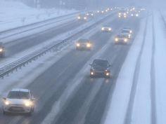 Autos auf der verschneiten Autobahn A2 in Recklinghausen. - Foto: Marcel Kusch