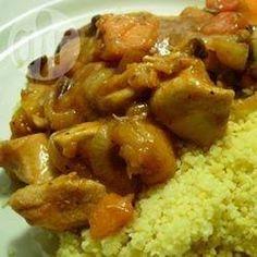 Marokkanische Hühnchen Tajine aus dem Slow Cooker /Als Tajine bezeichtnet man in Marokko einen speziellen Tontopf mit spitzem Deckel, in dem dieses Hühnchengericht traditionell zubereitet wird. Es lässt sich aber auch prima im Slow Cooker garen und ist auch gut geeignet für das Fastenbrechen im Ramadan.@ de.allrecipes.com