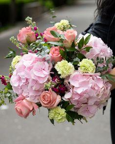 """Alege acest buchet cu hortensii roz și trandafiri dacă vrei să spui un """"Te iubesc"""" delicat sau dacă vrei să mulțumești unei persoane dragi. Hortensia roz este simbolul iubirii romantice, al emoției, dar este și floarea recunoștinței. Indiferent de ocazie, un asemenea buchet va aduce doar bucurie. #summerfowers #summer #flowers #hydrangeas #roses Magnolia Blog, Hortensia Hydrangea, Floral Wreath, Wreaths, Plant, Floral Crown, Door Wreaths, Deco Mesh Wreaths, Floral Arrangements"""
