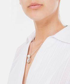 Twist Perfeito: Aprenda a combinar colares com decotes! #Twist #Perfeito: #Aprenda a #combinar #colares com #decotes #guia #combinações #essenciais #outfit #modelo #ideal #tipo #decote #TrendyNotes #twistperfeito #camisas #colar #pérolas #globe