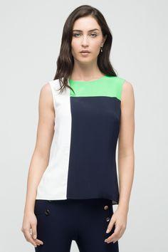 Blusa relajada de voile. Escote redondo con abertura y un botón metálico personalizado en espalda. Presenta piezas combinadas que forman bloques de color.