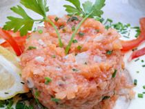 Tartar de salmón fresco o ahumado con ensalada latina de mango y aguacate. De elgourmet.com