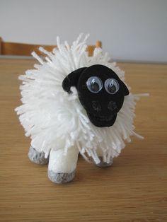 Paas knutselen: schaap van pompoen, hoofd van foam en pootjes van playmais.  Sheep easter