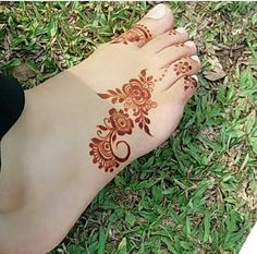 From Mehndi Design has a very special place in our hearts because of its simplicity and unique nature. Post Mehndi Design For Leg Simple can be achieved Henna Hand Designs, Mehndi Designs Finger, Mehndi Designs Feet, Legs Mehndi Design, Stylish Mehndi Designs, Mehndi Designs 2018, Mehndi Design Pictures, Beautiful Mehndi Design, Henna Tattoo Designs