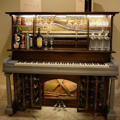 Creative Old Piano Repurposing Idea. Give your old piano a new life, and showcase your artwork to your friends. Piano Bar, Piano Desk, Upright Grand Piano, Vieux Pianos, Piano Crafts, Painted Pianos, Old Pianos, Wine Glass Holder, Glass Shelves
