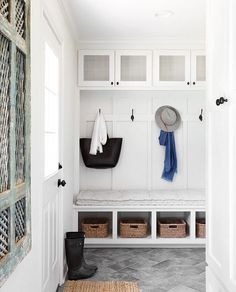 Chip & Joanna Gaines& Mountain Home. Tour this elegantly pulled together yet completely family-friendly mountain home on lark & linen! Comfy chic at its finest. Fixer Upper, Vestibule, Mudroom, Entryway Decor, Entryway Ideas, Hallway Ideas, Entryway Bench, New Homes, Interior Design