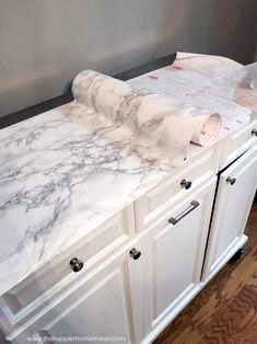 new ideas for easy kitchen remodel diy counter tops Faux Marble Countertop, Bathroom Countertops, Bathroom Counter Organization, Vanity Organization, Organization Ideas, Cuisines Diy, Galley Kitchen Remodel, Diy On A Budget, Interior Design Living Room