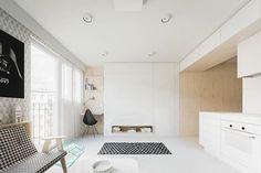 真正令人稱讚的設計! 這個是 Piotr Matuszek & Gosia Czarny 設計師事務所的設計作品,只有15坪的公寓,走的是簡約純白風格,從祖母手上接手居住的年輕夫婦,希望將空間打開,讓小空間變得大一點。設計師選用淡色系的顏色和簡單線條,讓空間看起來比實際面積來得大,在不犧牲任何機能需求下,完成了這樣令人稱讚的好作品。 via Piotr Matuszek & Gosia Czarny