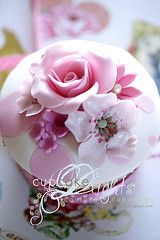 Ohhhhh my.....this is cupcake heaven!!!  Lots of pics of the most beautiful cupcakes!!