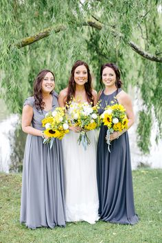 We zijn verliefd op de bloemen, én op de jurken van de bruidsmeisjes. Zo feestelijk!