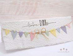 Wunderschöne, handgemachte Grusskarte zum Muttertag aus handgeschöpftem Papier aus eigener Herstellung. Wählen Sie aus vielen Farben, Titeln und weiteren Extra's und konfigurieren Sie so eine einzigartige und liebevoll gestaltete Muttertagskarte. #muttertagskarte #grusskarte #muttertag #liebendank #dankeskarte #herzen #wimpelkette #wimpel #handmade #lilimo #handgeschöpft #pastell #rosa #gelb #lila #grün #blau Birthday Cards, Etsy, Card Ideas, Paper, Nice Map, Pastel, Handmade, Yellow, Colors