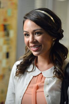 Janel Parrish as Mona Vanderwaal in Pretty Little Liars Blair Waldorf, Carrie Bradshaw, Gossip Girl, Pretty Little Liars Episodes, Freeform Tv Shows, Peter Pan Collar Top, Pretty Little Liers, Pretty Little Liars Fashion, Janel Parrish
