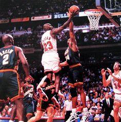 Michael Jordan poniendo una bandejita en un encuentro de la NBA