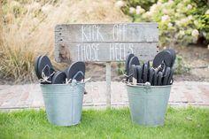 Kick of those heels. Ga voor teenslippers op je trouwfeest. // Fotograaf: Bianca Rijkenbarg // Girls of honour
