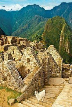 """A belíssima Machu Picchu, também chamada """"cidade perdida dos Incas"""", é uma cidade pré-colombiana bem conservada, localizada no topo de uma montanha, a 2400 metros de altitude, no vale do rio Urubamba, atual Peru, observada de ângulos diferentes."""