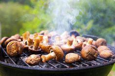 Pekoniin kiedottu herkkusieni saa haastajan. Lue miten herkkusienet tirisevät grillissä mehevinä täytteellä tai ilman. . Street Food, Wine Recipes, Sausage, Bbq, Stuffed Mushrooms, Meat, Vegetables, Barbecue, Stuff Mushrooms