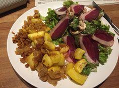 Luftgetrocknete Entenbrust auf Salat mit Kürbisgröstl.