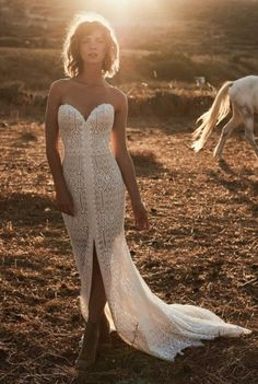 Strapless Boho wedding dress in lace with a beautiful train // Dream it Yourself Montreal