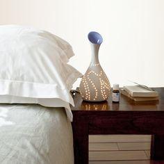 Le Lightlia est à la fois un diffuseur d'huiles essentielles, une lampe de décoration et un objet design. Ses lignes épurées, ses lumières ajourées et sa porcelaine invitent à la détente et au Zen.