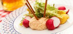 Obatzda ist ein bayerischer Klassiker, der auf keinem Oktoberfest fehlen darf. Mit einfachen Käsesorten und Gewürzen entsteht ein toller Mix zur Brotzeit.