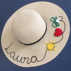 Veja uma seleção de ideias de customização de chapéu de palha. A moda é usar o chapéu de praia com seu nome personalizado nele. Chapéu customizado com nome Laura Decorative Hand Towels, Painted Hats, Hat Decoration, Hat Embroidery, Crazy Hats, Diy Hat, Diy Clothes, Cross Stitch Patterns, Cowboy Hats