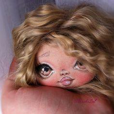 Добрый день, мои хорошие)) Завтра получаю на почте новый мешочек пуха ангорской козочки от Леночки @volosi_kuklam_hair_for_dolls  А пока могу показать вам мою новую крошку) думаю, еще веснушек ей намакияжу))) #текстильнаякукла #авторскаякукла #интерьернаякукла #textiledoll #fabricdoll #businkadoll #instadoll #sale #трессдлякукол #волосыдлякукол #куклабусинка #куклаволгоград#кукольныеволосы#натуральныеволосы#козийпух#ангора